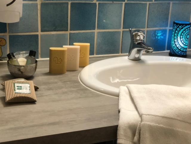 Chambre 8 détail lavabo