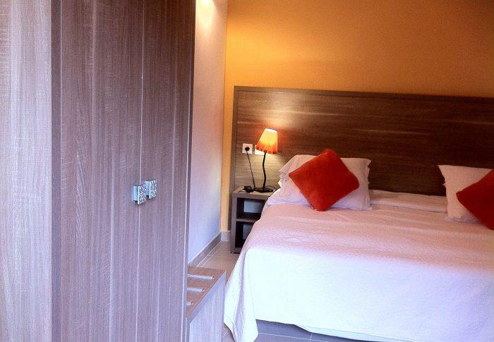 Chambre rénovée avec grand lit 160 ou 2 lits twin